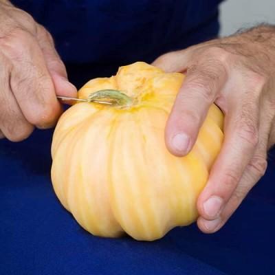 Les Melons entiers confits de Léonard Parli sont d'abord épluchés à la main.